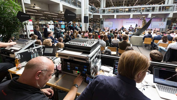 Livestream-Regie waehrend einer Veranstaltung